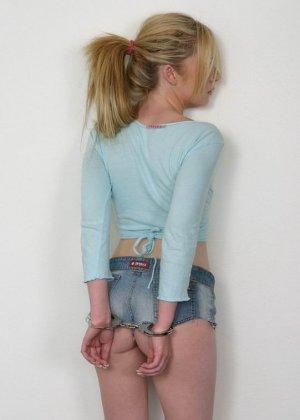 Престарелая лесбиянка заковала в наручники свою светловолосую подругу и затолкала ей палец в жопу - фото 2