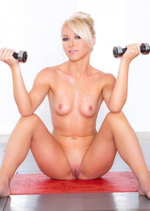 Кристал Шей занимается спортом, а заодно показывает прекрасное тело с идеальными изгибами - фото 12