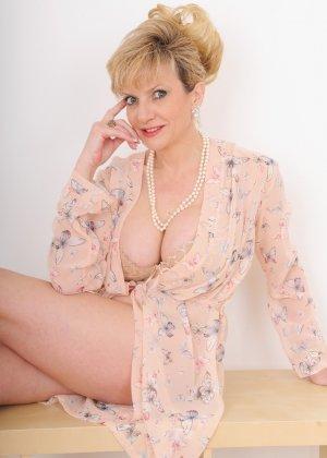 Леди Соня – зрелая блондинка, которая показывает себя со всех сторон, представляя самые выгодные части тела - фото 1