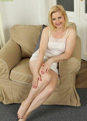 Ким Бросли – опытная женщина, которая знает, как довести себя до оргазма, что она и доказывает перед камерой - фото 1