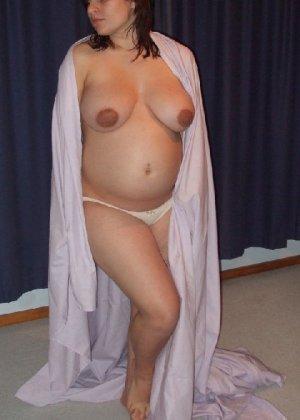 Беременная девушка в голом виде позирует перед камерой ради денег - фото 33