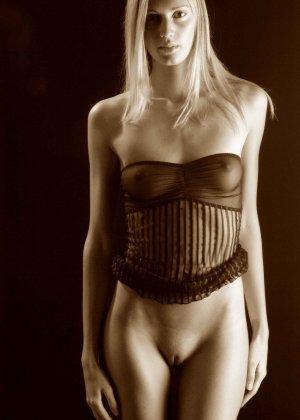 С красивой и гладкой пиздой милашка показывает свои достоинства - фото 19- фото 19- фото 19