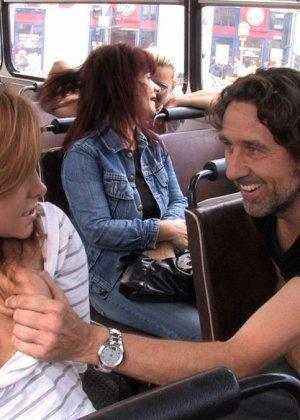 Паренек в автобусе разминает сиськи своей жене и дает другим - фото 12