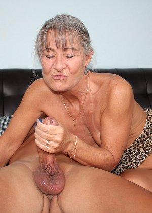 Зрелая женщина не стесняется своего тела и показывает себя мужчине, а затем ласкает его член руками - фото 12