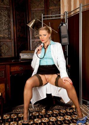 Сочная медсестра занимается мастурбацией своей промежности у себя в кабинете - фото 1