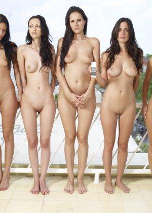 Красивые модели с классными фигурами показывают свои нежные попки - фото 9