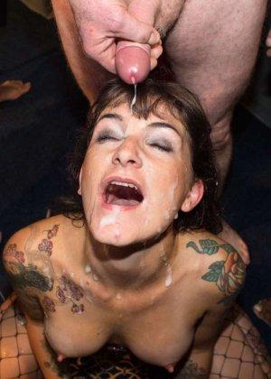 Женщина принимает в ротик несколько членов и с удовольствием оказывается в сперме - фото 13