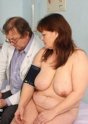 Пожилой врач принимает зрелую пациентку и вставляет в ее пизду расширитель, а в попке орудует ватной палочкой - фото 4