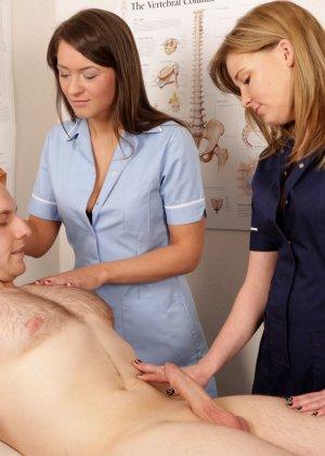 Две молодых медсестры разминают член тренеру по женскому футболу - фото 11