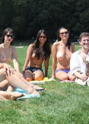 Группа студенток после универа сделали несколько эротических кадров - фото 2