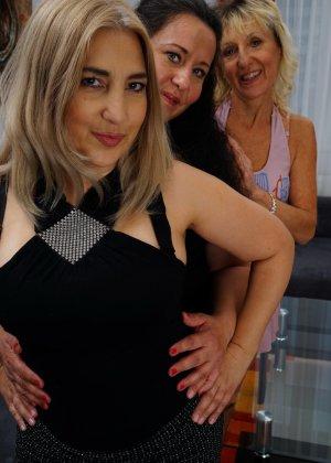 Три дамочки решают развлечься в обществе друг друга, позволяя себе воплощать все фантазии - фото 1