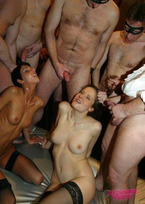Толпа мужиков отжарили знакомых проституток не заплатив им за услуги - фото 14