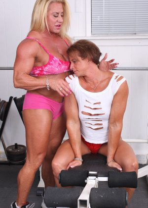 Два транса развлекаются друг с другом в спорт-зале, получая удовольствие от взаимных ласк - фото 7