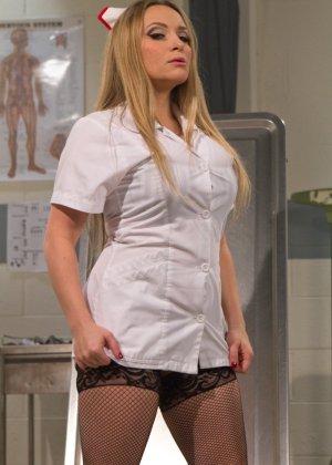 Две медсестры развлекаются: одна одела черный страпон и жестко выебала свою подружку - фото 4