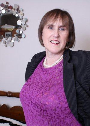 Британская зрелая женщина показывает себя, но старается сохранить некоторую загадку - фото 4