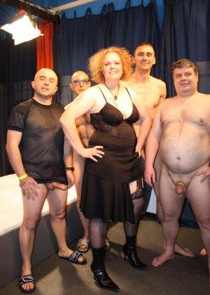Толпа толстых мужиков ебут зрелую рыжую пышку во все щели - фото 3