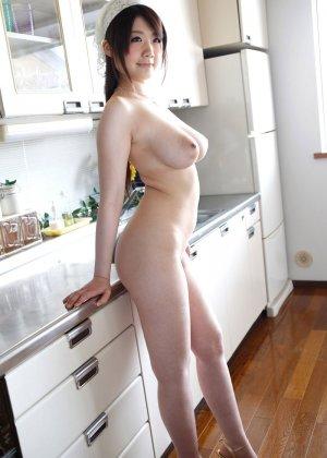 Домашняя работница с большими натуральными дойками снимает с себя одежду - фото 6