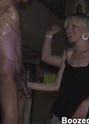В свингерском клубе любят заводить новые связи интимные красотки - фото 12