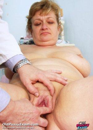 Женщина соглашается на полный осмотр – она готова раздвинуть ноги перед развратным доктором - фото 5