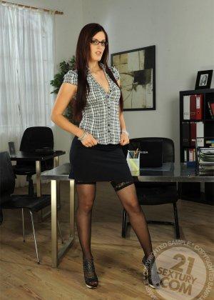 Секретаршу в черных чулках отымел босс в офисе с новым работником - фото 1