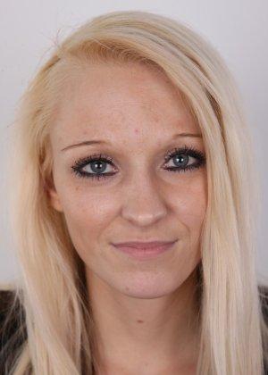 Худая блондинка с красивой пиздой делает красивые вещи перед камерой - фото 2