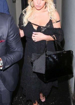 Развратную блондинистую актрису проводит к машине её хахаль - фото 4