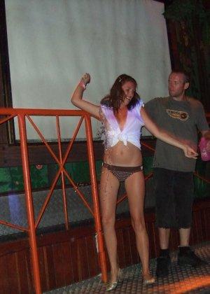 Обнаженные девушки в клубах и на тусовках в пьяном состоянии показывают сиськи - фото 24