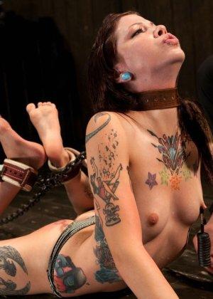 Татуированная молоденькая девица впервые пробует БДСМ - фото 3