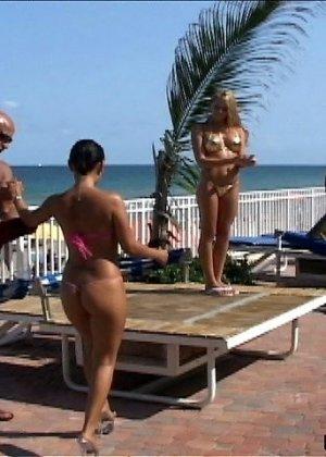 Деваха с большими силиконовыми сиськами занимается сексом за большие деньги - фото 4