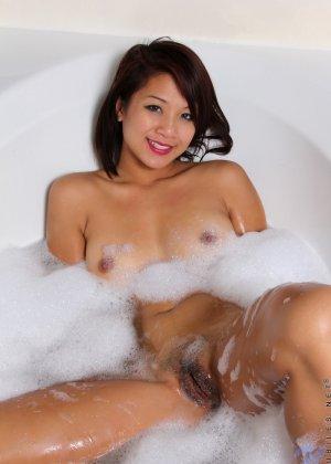 Валери Джонс развлекается лежа в ванной - фото 6
