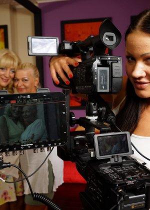 Две зрелые женщины соблазняют молодую брюнетку и принимаются учить ее сексуальным утехам - фото 1