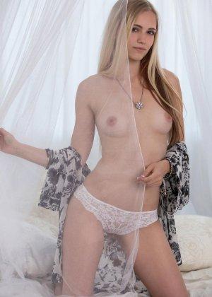 Молодая блондинка показывает всю свою сексуальность, принимая разные откровенные позы - фото 2
