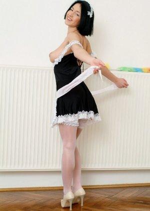 Азиатка любит работать веником для уборки пыли, особенно между своих стройных ног - фото 14