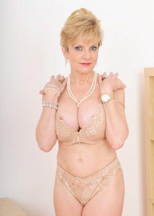 Леди Соня – зрелая блондинка, которая показывает себя со всех сторон, представляя самые выгодные части тела - фото 4