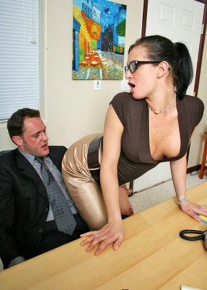 Грудастая секретарша оказалась озабоченной, и ебется с начальником сначала в пизду, а потом в жопу - фото 4