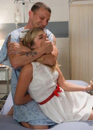 Медсестра Лия Лор готовила пациента к срочной операции, но ему внезапно стало лучше и он ее трахнул на кушетке - фото 4