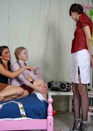 Девушки решают устроить оргию друг с другом, применяя различные игрушки из секс-шопа - фото 2