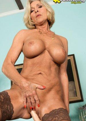 Женщина в преклонном возрасте показывает свое хорошее тело - фото 15- фото 15- фото 15
