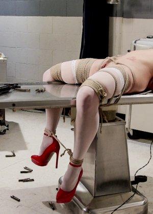 Медсестра познакомилась с мужиком в библиотеке и пригласила его зайти к себе на работу. В результате ее связали и трахнули вибратором - фото 19