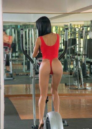 Денис Гомез занимается в спорт-зале и показывает свое идеальное тело с загорелой кожей – она очень сексуальна - фото 6