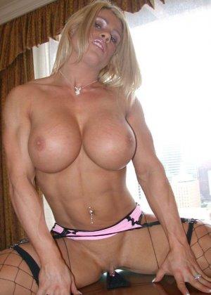 Сексуальная блондинка демонстрирует свое шикарное тело - ее занятия бодибилдингом не прошли даром - фото 9