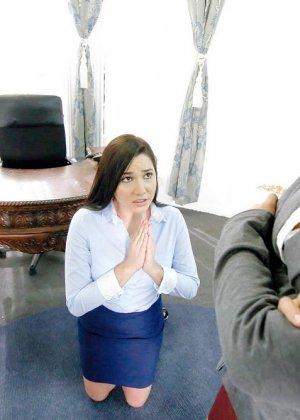 Карли Грей провинилась перед своей начальницей, но с готовностью искупила свою вину, подставив пизду под страпон - фото 2