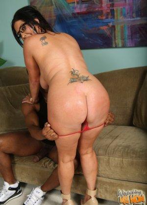 Чернокожему самцу на растерзание отдаются две сексуальные красотки - молодая и зрелая - фото 16