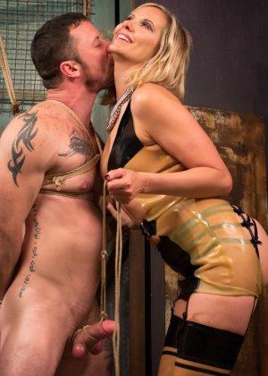 Семейная пара любит жесткий секс, телка надевает страпон и начинает ебать своего брутального мужчину в очко - фото 11
