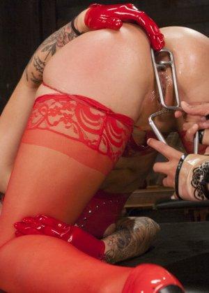 Девка в красных чулках полностью отдалась в руки своей знакомой - фото 7