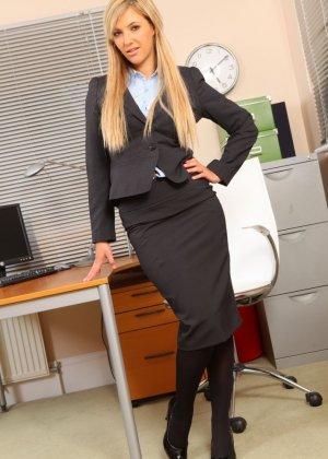 Офисная шлюха София Найт сексуально разделась, ожидая приезда своего возбужденного начальника - фото 1