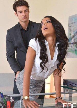 Шеф шлепает по круглой заднице свою секретаршу, которая опоздала на работу и не извинилась за это - фото 7