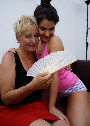 Молодая девушка развлекается со зрелой женщиной, познавая друг друга в лесбийских ласках - фото 1