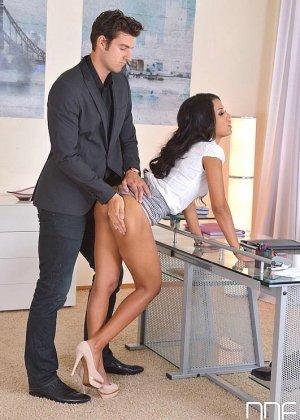 Шеф шлепает по круглой заднице свою секретаршу, которая опоздала на работу и не извинилась за это - фото 9