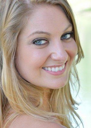 На улице красивая девчонка не боится демонстрировать бритую киску с пирсингом - фото 2